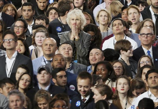Người dân hồi hộp chờ đợi kết quả bầu cử tại trung tâm hội nghị Jacob K. Javits ở New York, Mỹ (Ảnh: Reuters)