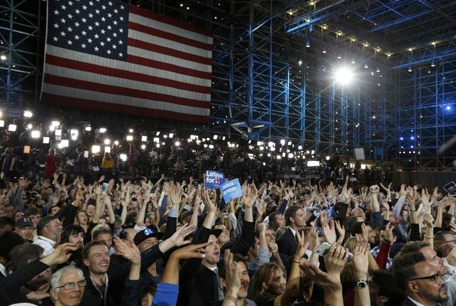 Những người ủng hộ bà Clinton tham dự sự kiện đêm bầu cử tại Manhattan, New York (Ảnh: Reuters)