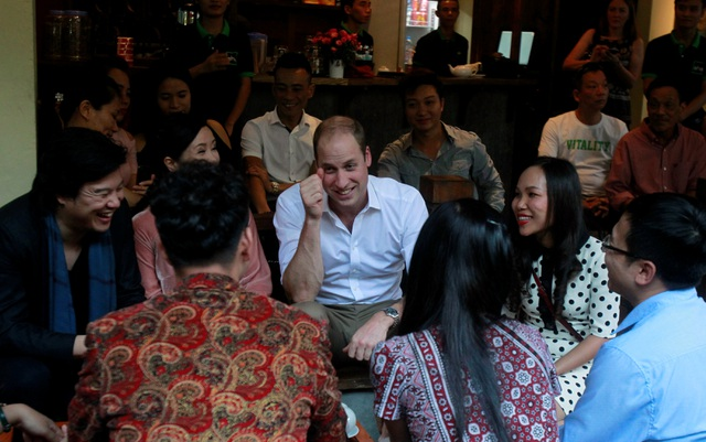 Công tước xứ Cambridge cũng gặp gỡ và trò chuyện với các nghệ sĩ trẻ của Việt Nam như Xuân Bắc, Hồng Nhung, Thanh Bùi... (Ảnh: Reuters)