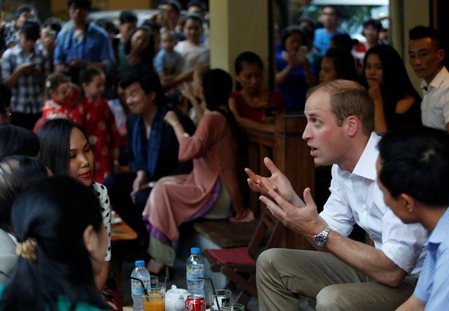 Tiếp tục cuộc dạo bộ phố cổ, Hoàng tử William ghé một quá cà phê trên phố Thuốc bắc và trò chuyện cùng mọi người. (Ảnh: Reuters)