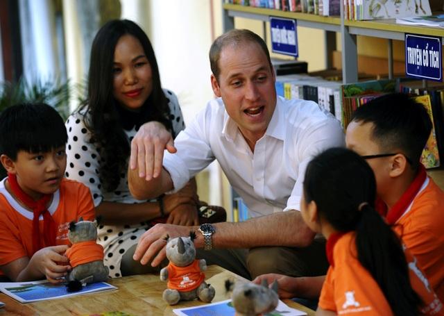 Hoàng tử William đã trò chuyện với các học sinh về việc bảo vệ động vật hoang dã. (Ảnh: Reuters)