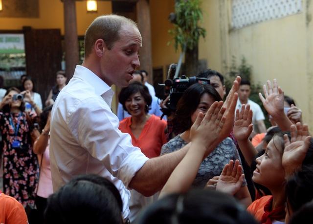 Các học sinh lưu luyến khi chia tay Hoàng tử. (Ảnh: Reuters)