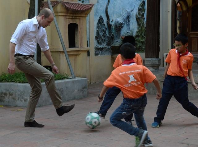 Hoàng tử William cũng chơi đá bóng cùng các học sinh. (Ảnh: Reuters)