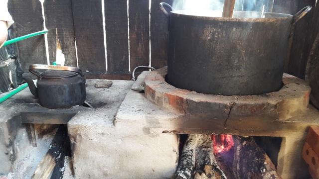 Giải pháp đưa ra là tận dụng nhiệt của bếp lò để làm nóng nước. Trong ảnh là hệ thống bếp lò kết nối với đường ống dẫn nước từ trên bình chứa xuống.
