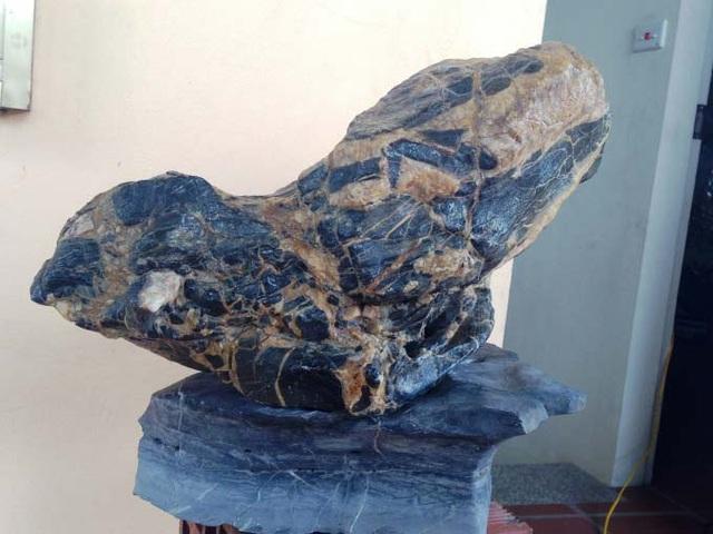 Hòn đá tự nhiên không hề bị đục đẽo hay chắp vá.