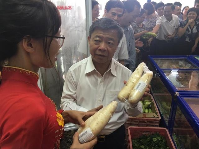 Ông Võ Kim Cự lo đồ ăn sạch cho dân - 1