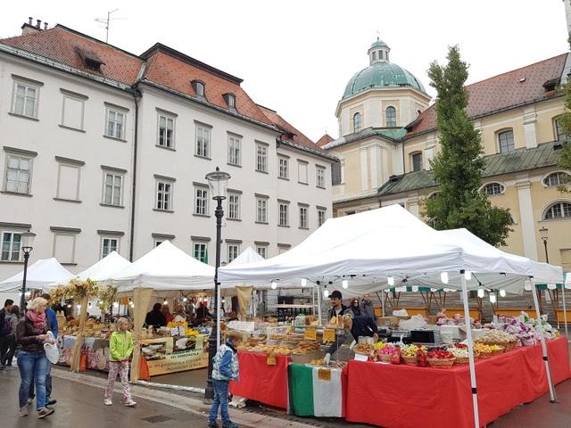 Một góc chợ ở Slovenia gợi nhắc tới những khu chợ Giáng sinh tháng 12 ở các nước châu Âu