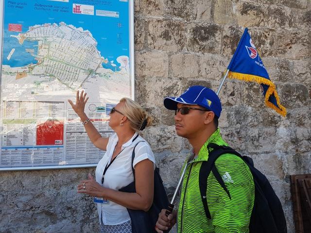 Hướng dẫn viên bản địa và của Vietravel giới thiệu thành phố Dubrovnik tới du khách