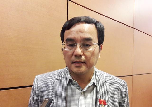 Ông Dương Quang Thành – Chủ tịch HĐTV Tập đoàn Điện lực Việt Nam - trao đổi bên hành lang Quốc hội. (Ảnh: Quang Phong)