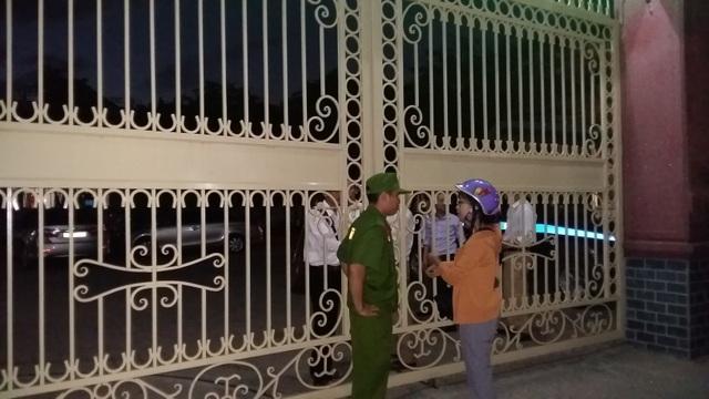 Cổng trường THPT Lê Viết Thuật đang được phong tỏa.