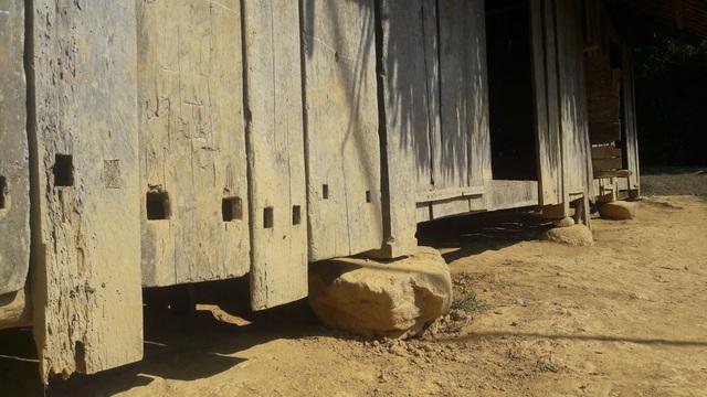 Những tấm gỗ ghép lại với nhau xập xệ, có nguy cơ đổ sập bất cứ lúc nào ở điểm trường Khe Cái