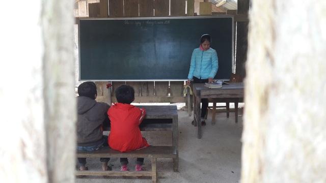 Điểm trường của cô giáo Ma Thị Thùy Linh có 9 em học sinh, gồm 3 em lớp 1, 2 em lớp ba, 2 em lớp và 4 và 2 em lớp 5. Do số lượng học sinh quá ít nên lớp được bố trí học ghép với nhau