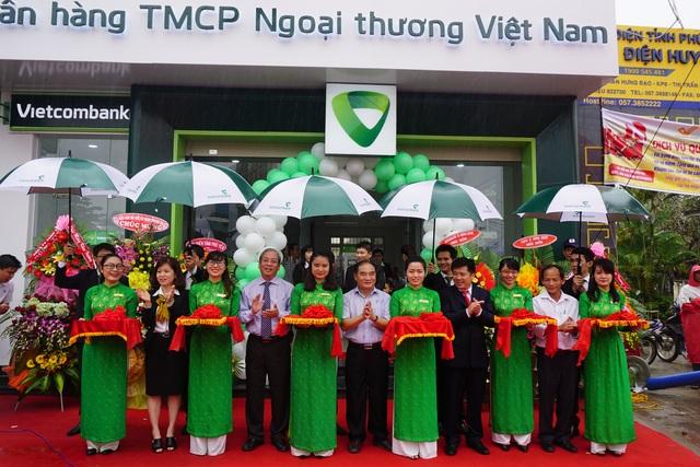 Lãnh đạo địa phương và Lãnh đạo Vietcombank Phú Yên cắt băng khai trương PGD Sông Hinh