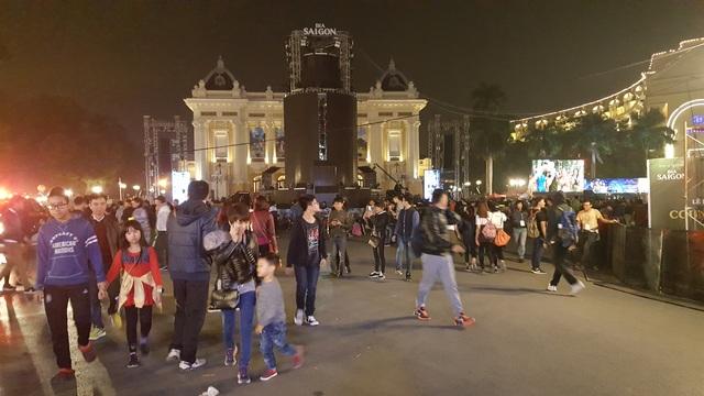 Hàng trăm người dân tập trung trước cửa Nhà hát Lớn Hà Nội. Tại đây sẽ diễn ra chương trình Đếm ngược chào 2017.