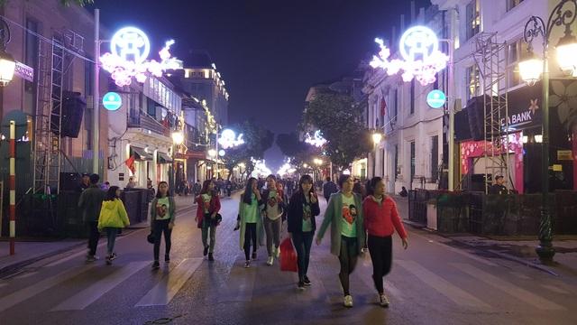 Các tuyến phố đi bộ quanh hồ Hoàn Kiếm đều trong tình trạng đông kín người, đa số là các bạn trẻ.