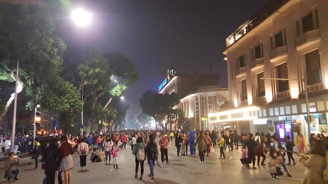Hàng nghìn người đang có mặt trên phố Đinh Tiên Hoàng để chào đón năm mới 2017.