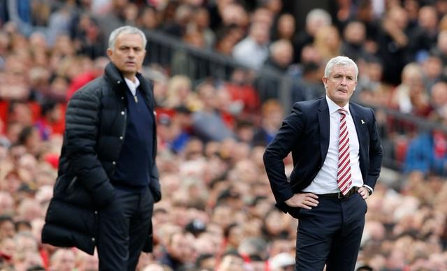 Mark Hughes (phải) đang gặp nhiều áp lực do đội bóng của ông đang đứng áp chót bảng xếp hạng
