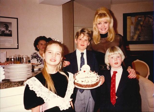 Bà Ivana bên các con.