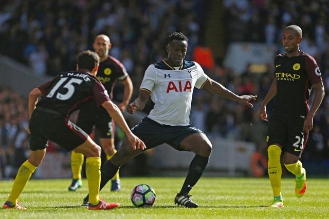 Wanyama trong vòng vây của các cầu thủ Man City, lối chơi giàu thể lực của đội chủ nhà, đặc biệt ở cặp tiền vệ trung tâm Wanyama - Sissoko khiến Man City tê cứng