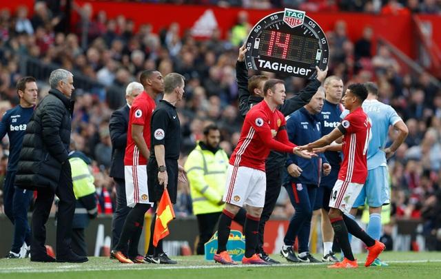 Bế tắc trong tấn công, Mourinho tung Martial và Rooney vào sân thay Lingard, Mata