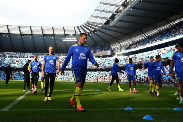 Các cầu thủ Everton khởi động tại Etihad trước khi bắt đầu trận đấu
