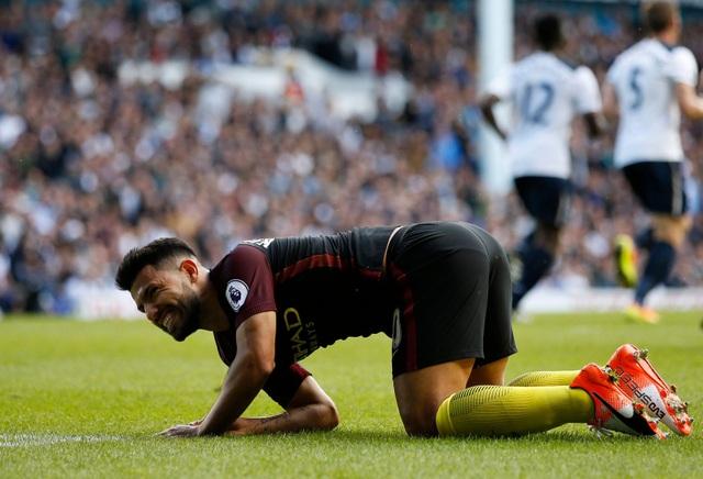 Aguero trong một tình huống nằm sân, tiền đạo người Argentina không có phong độ tốt ở trận này