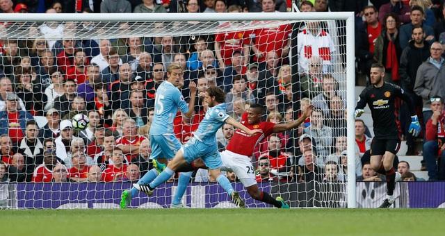 Tới gần cuối trận, De Gea mắc sai lầm khi bắt bóng nảy ra để rồi tạo cơ hội cho Allen ghi bàn quân bình tỉ số
