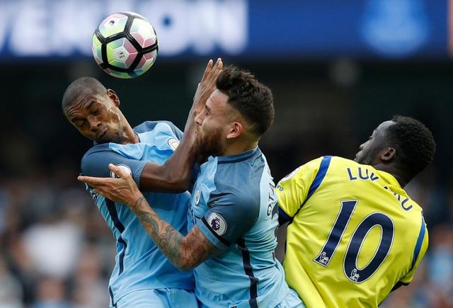 Tình huống va chạm giữa Fernandinho và Otamendi khi cả hai cố ngăn cản Lukaku đánh đầu