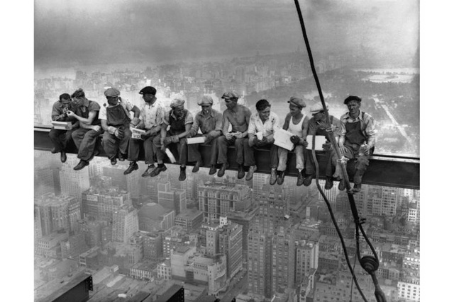 """Bức hình """"Bữa trưa trên tòa nhà chọc trời"""" khiến người xem thót tim."""
