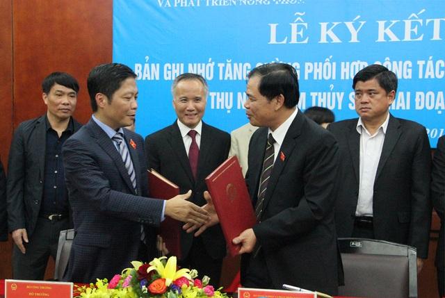 Hai Bộ trưởng NN&PTNT và Công Thương cùng ký Bản ghi nhớ.