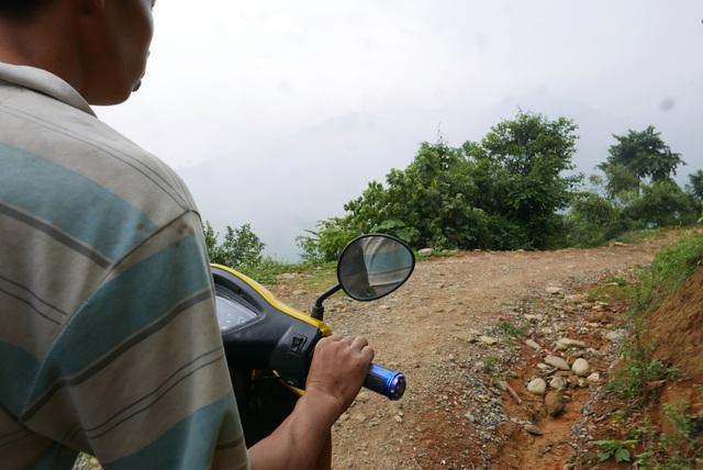 Từ đường cái lớn, để vào được thôn Phìn Ngan phải đi qua quãng đường vô cùng khó khăn. Sau nhiều km đường bê tông hẹp vắt qua các sườn núi, ô tô không thể đi tiếp, buộc phải dùng xe máy đi trên đường đất đá cuội cheo leo.