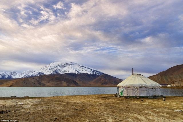 Chiếc lều truyền thống của những người du mục sống ở Tân Cương. Bức hình được chụp tại phía trước núi Muztagh Ata và hồ Karakul. Lều có kích thước lớn, với cấu trúc dễ dàng đóng gói và di chuyển.