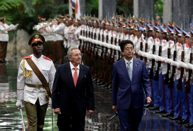 Thủ tướng Nhật Bản Shinzo Abe và Chủ tịch Cuba Fidel Castro trong lễ đón tại Havana ngày 22/9 (Ảnh: Reuters)
