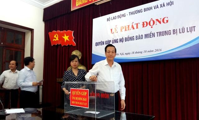 Lãnh đạo, cán bộ ngành LĐ-TB&XH quyên góp ủng hộ đồng bào miền Trung.