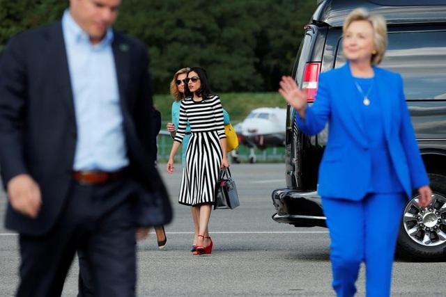 Abedin thân thiết với cựu Ngoại trưởng Mỹ tới nỗi cô còn được ví như con gái thứ 2 của bà Clinton.