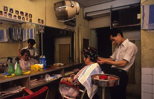 Tại nơi mà những người nghèo sống, các công trình được tận dụng một cách triển để. Chẳng hạn như những phòng học và salon làm tóc đến buổi đêm lại trở thành sòng bài và quán bar.