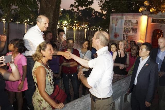 Hoàng tử William bắt tay người dân địa phương và khách du lịch. (Ảnh: Hữu Nghị)