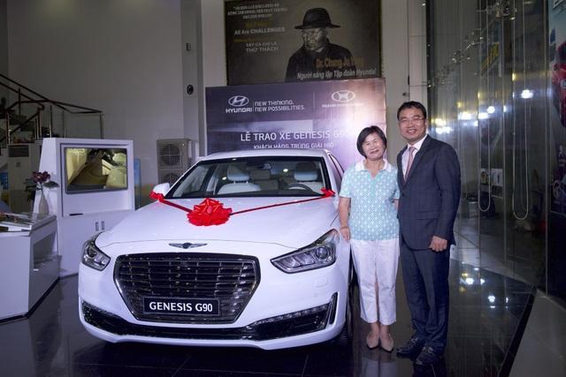 Ông Lê Ngọc Đức - Tổng Giám đốc Hyundai Thành Công Việt Nam chúc mừng người trúng thưởng