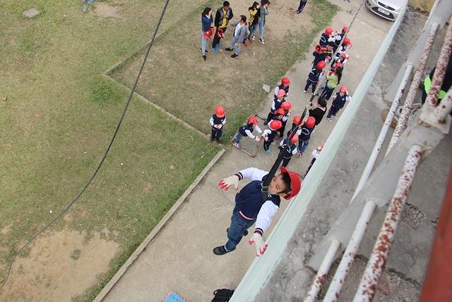 """""""Thót tim"""" với trải nghiệm làm lính cứu hỏa của học sinh tiểu học - 4"""