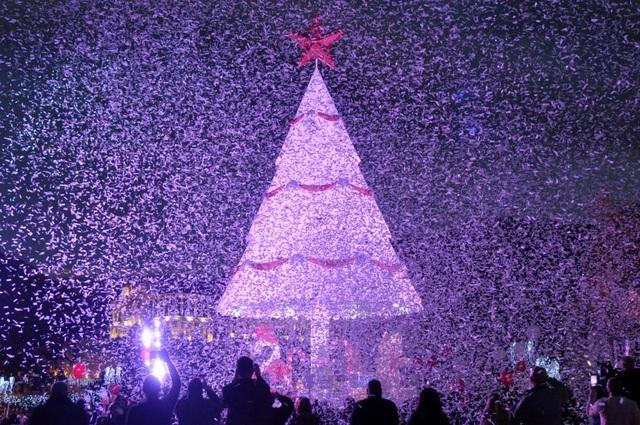 Mọi người đứng quanh cây thông Noel rực sáng, đánh dấu khởi đầu mùa Giáng sinh ở thành phố Zgharta, phía bắc Li-băng. (Ảnh: Reuters)