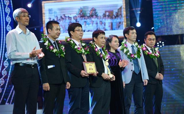 GS. Nguyễn Thị Kim Tiến - Bộ trưởng Bộ Y tế và ông Nguyễn Xuân Cường - Giám đốc truyền thông Công ty Cổ phần dược phẩm ECO PHARMA trao giải Nhì lĩnh vực Y dược.