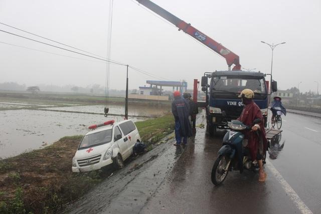 Lực lượng cứu hộ cẩu chiếc xe cấp cứu gặp tai nạn