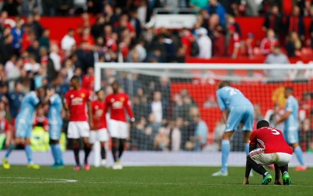 Sự thất vọng của Bailly và các đồng đội khi họ để Stoke cầm hòa