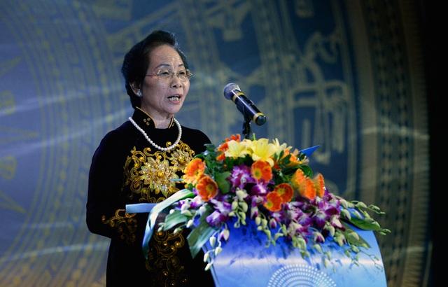 Bà Nguyễn Thị Doan - Nguyên Phó Chủ tịch nước, Chủ tịch Hội Khuyến học Việt Nam - trao giải Nhất lĩnh vực Y dược.