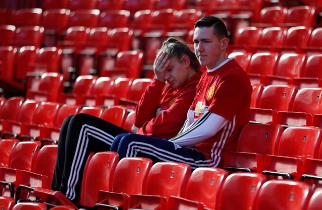 Nỗi buồn của cổ động viên MU sau khi trận đấu kêt thúc. Một vài người còn nán lại Old Trafford do chưa thể lấy lại tinh thần để ra về