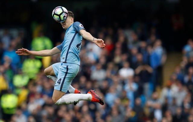 Stones bật cao để cản bóng, anh từng có thời gian khoác áo Everton trước khi chuyển sang Man City vào mùa hè vừa qua