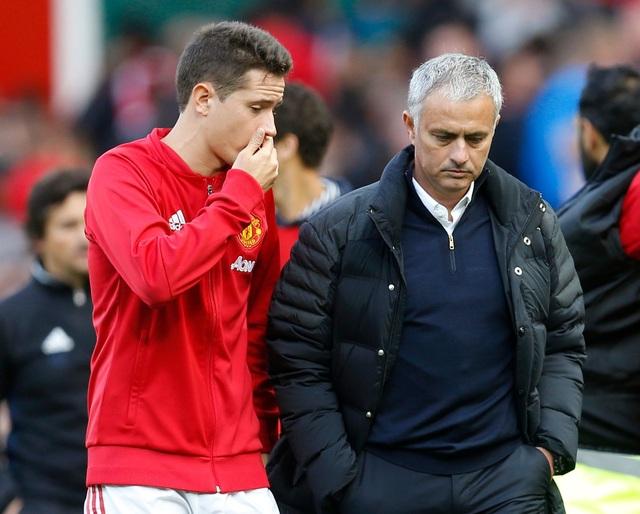 Herrera và Mourinho đầy buồn bã trên đường rời sân đấu