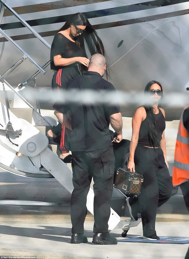 Người đẹp ăn mặc khá giản dị khi rời máy bay.