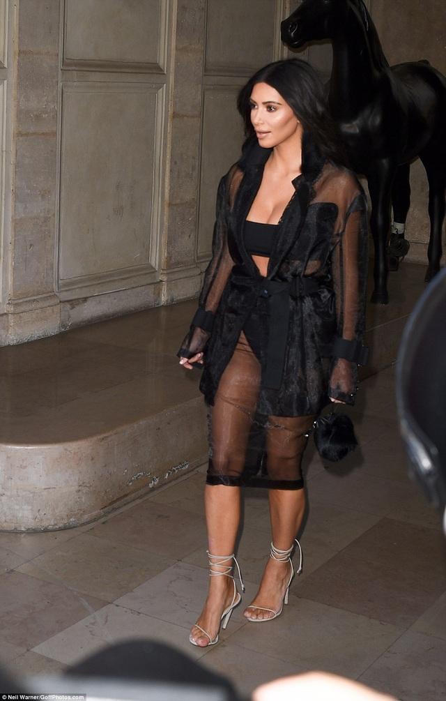Hôm qua 28/9, Kim Kardashian là khách mời ở buổi trình diễn của nhãn hiệu Balmain tại tuần lễ thời trang Paris đang diễn ra tại Pháp.