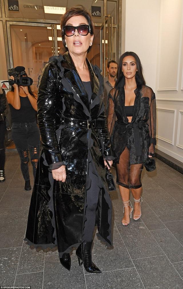 Kim đi cùng mẹ ruột tới buổi trình diễn.